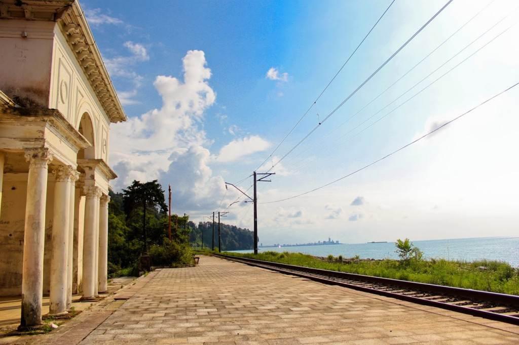 Заброшенная станция железной дороги у Ботанического сада, Батуми.