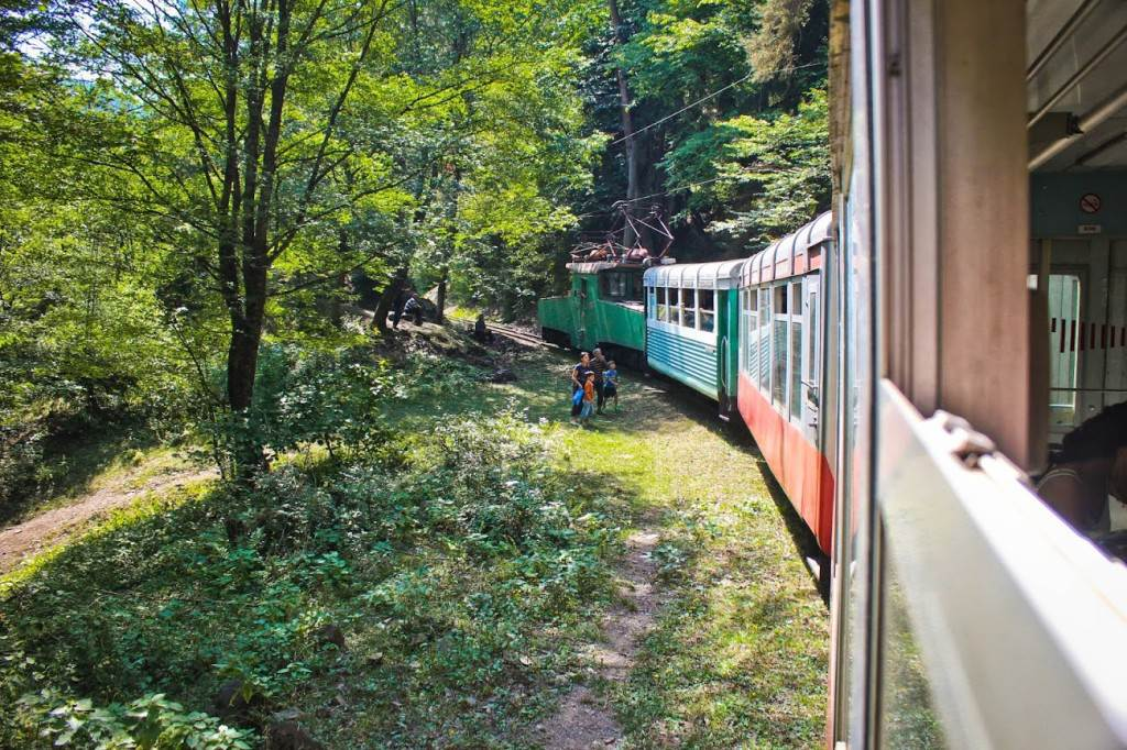 Местные жители стопят поезд на перегоне - этот метод посадки почти не уступает классическому.