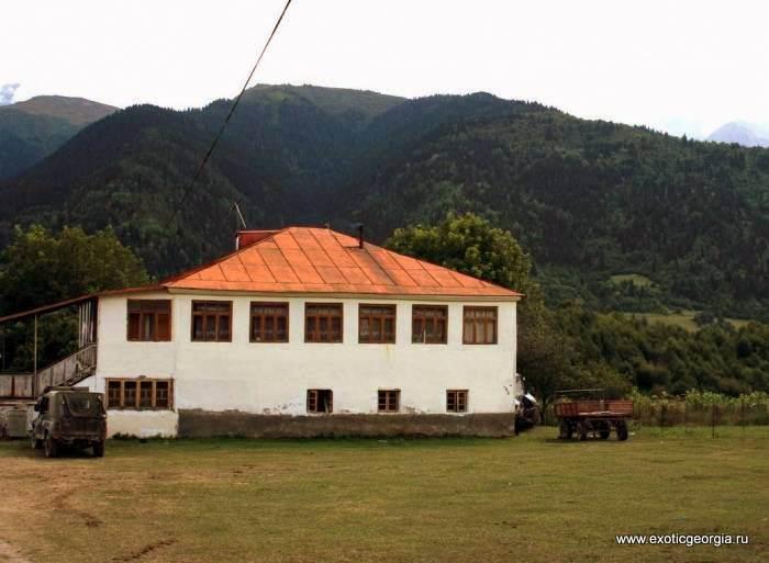 Мини-гостиница и кусок горы Лейла на заднем плане.