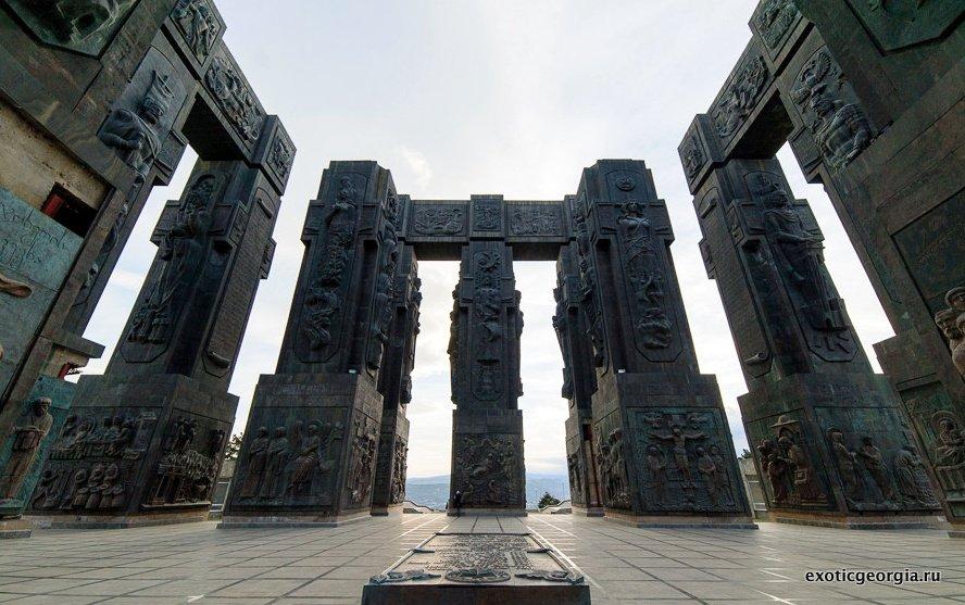 Памятник монумент из Истории Гузии
