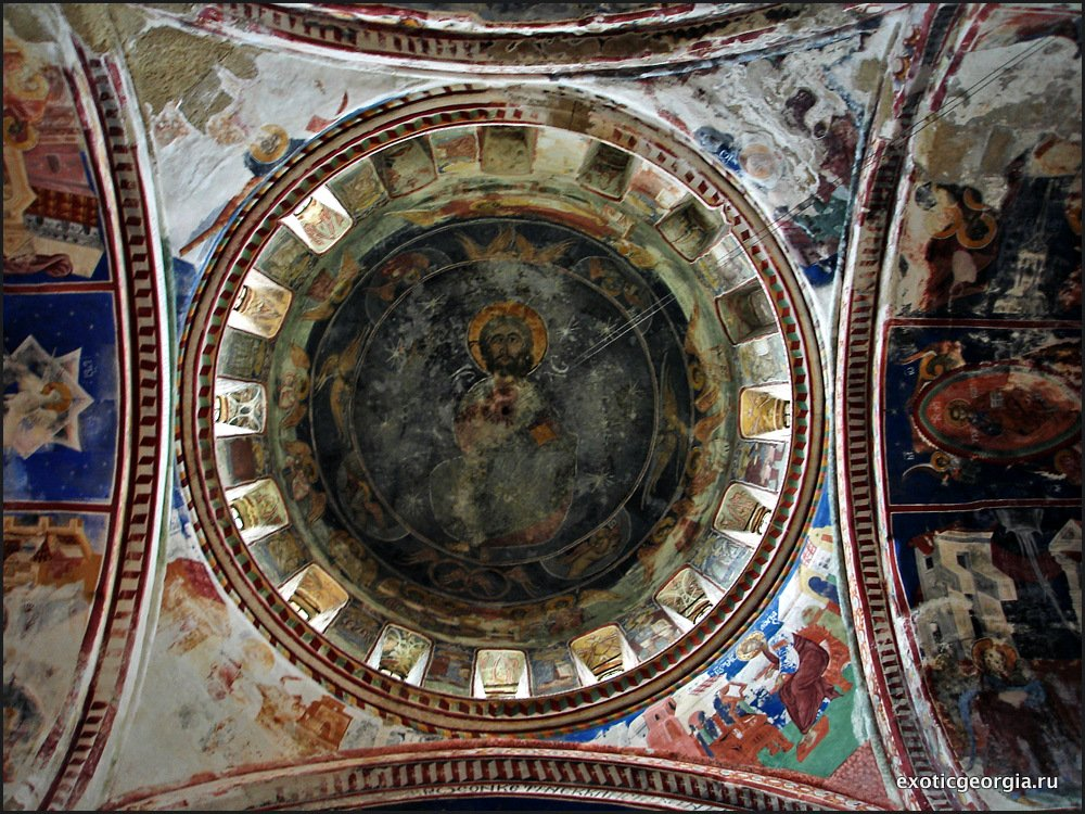 Расписанный потолок в храме