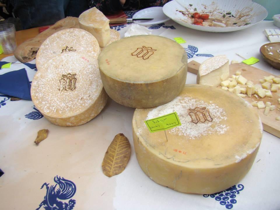 Вкусный сыр на фестивале в Грузии