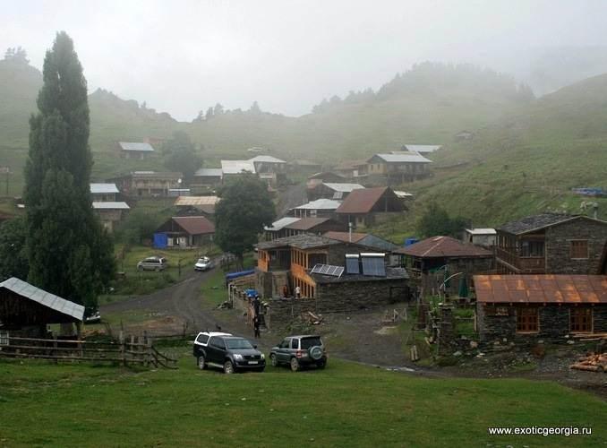 Верхнее Омало в серый и туманный день.