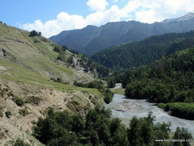 Вид на реку Тушетская Алазани с трассы Пшавели-Омало, на подъеме к Омало