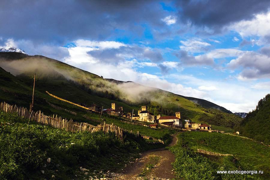 Вот и долгожданный поселок! Адиши расположен на высоте 2030 м, тут всего несколько домов..