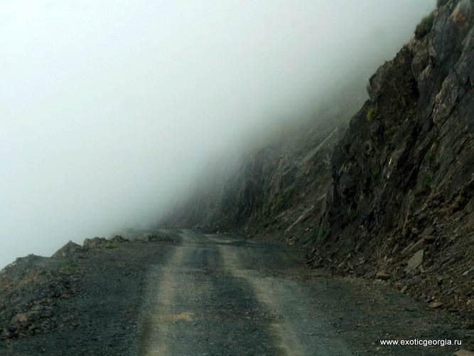 Дорога на перевале Абано (Тушетия) иногда погружается в облака