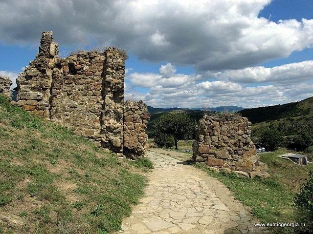 Из-за горы и нынче видит пешеход столбы обрушенных ворот, и башни, и церковный свод..