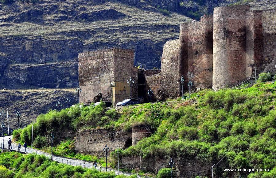 Крепость над городом на холме