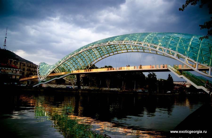 Мост соединяет два берега Мтквари и символизирует связь прошлого и будущего.