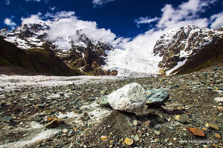 Некоторые камни стоят на небольших ледяных возвышенностях. Какие-то космические пейзажи