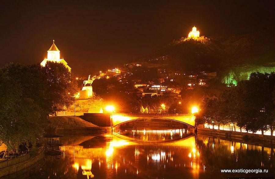Ночью Тбилиси очень красиво подсвечивается.