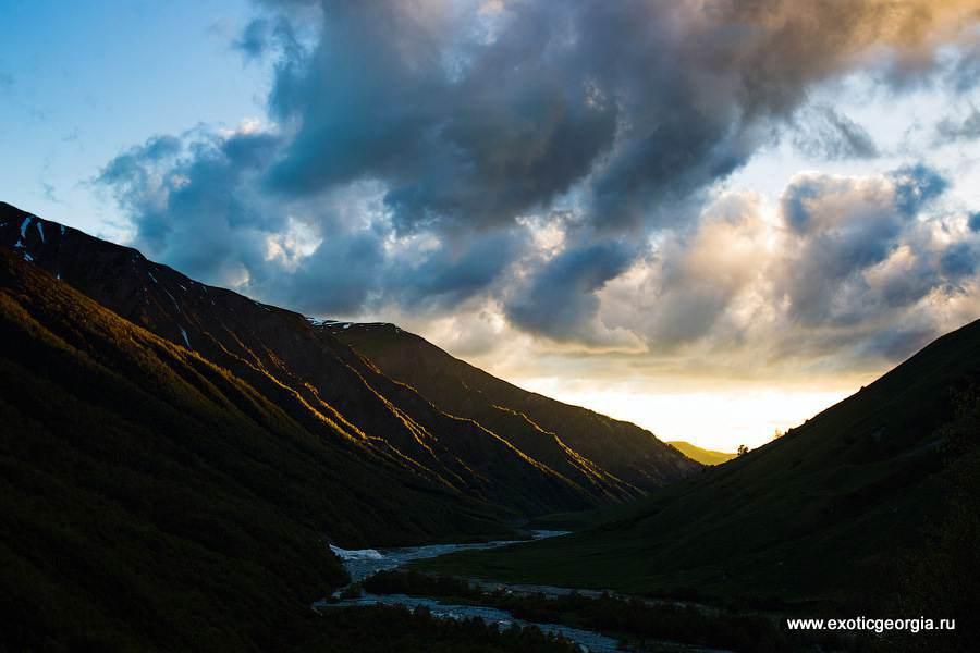 Последние лучи закатного солнца на несколько секунд осветили долину, после чего температура начала резко падать