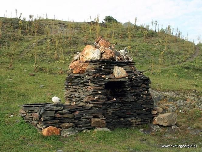 Священое место (ниши) в тушинком селе Шенако