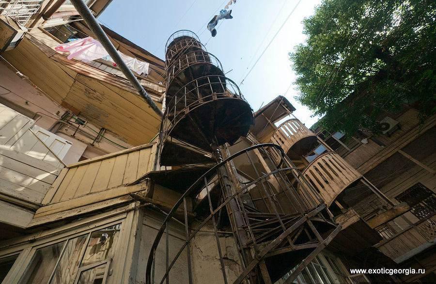 Со старыми винтовыми лестницами, галереями и бельем на веревках.