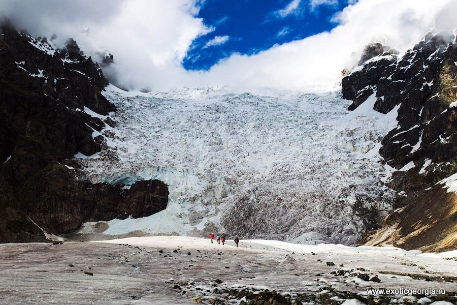 Такие маленькие человечки вдалеке — а каким огромным кажется ледник, если смотреть на него с их позиции!