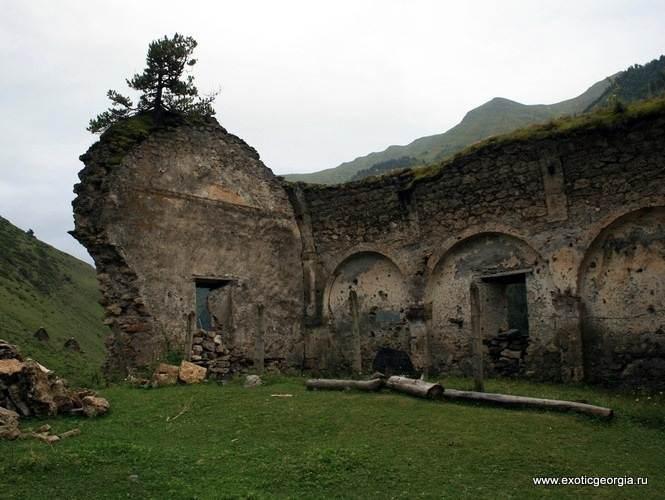 Тушетия, развалины христианского храма в селе Дартло. (1801 года постройки)