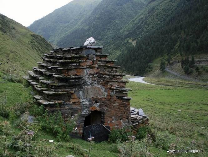 Тушетия, село Дартло. Это сооружение - явный склеп. очень похожий на аналогичные чеченские.
