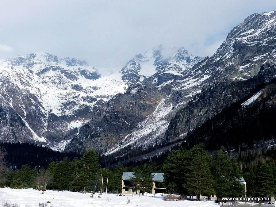 У подножия горы Ушба