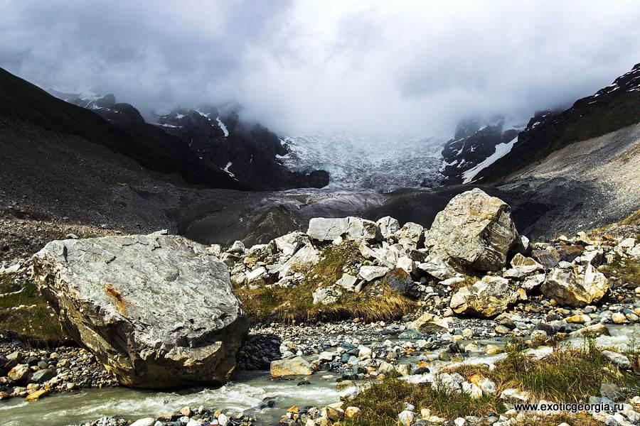 Чем ближе к леднику — тем завалы камней все крупнее.