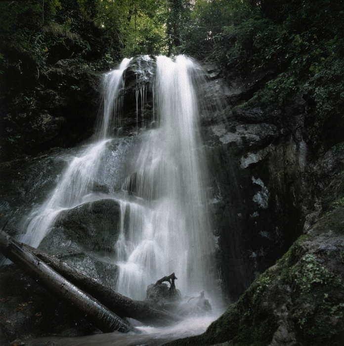 небольшой водопад в окрестностях