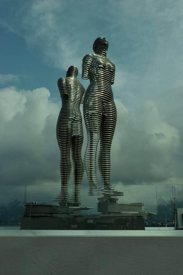 Батуми, статуи Али и Нино