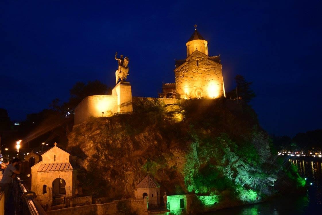 Метехский храм Рождества богородицы и стату царя Давида, основателя Тбилиси
