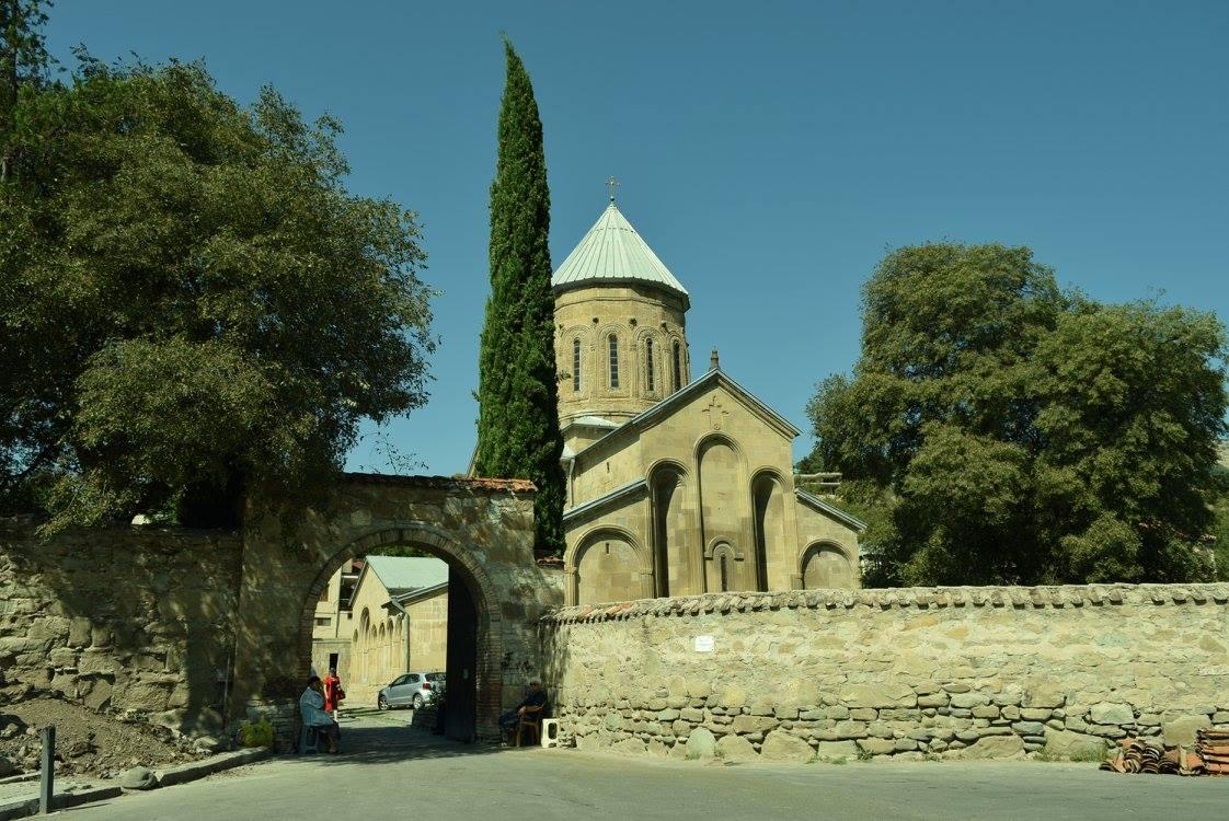 женский монастырь Самтавро в Мцхэте,где находятся мощи св. Гавриила Ургебадзе, часовня и ежевичный куст св. Нины