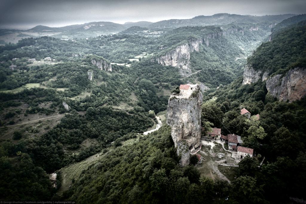 Красивые горы вокруг столпа